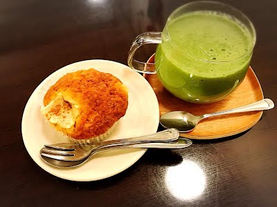 hot green and lemon muffin